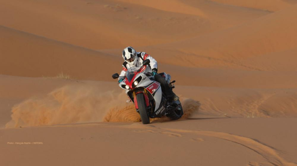 Pictures-of-Stephane-Peterhansel-Rides-a-Yamaha-R1-in-the-Moroccan-Desert.jpg