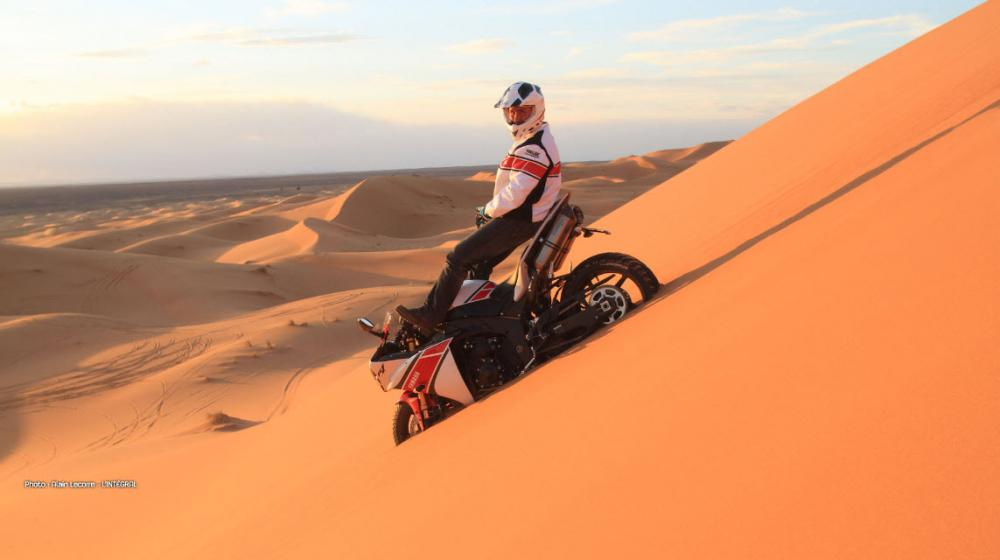 Pictures-of-Stephane-Peterhansel-Rides-a-Yamaha-R1-in-the-Moroccan-Desert_2.jpg